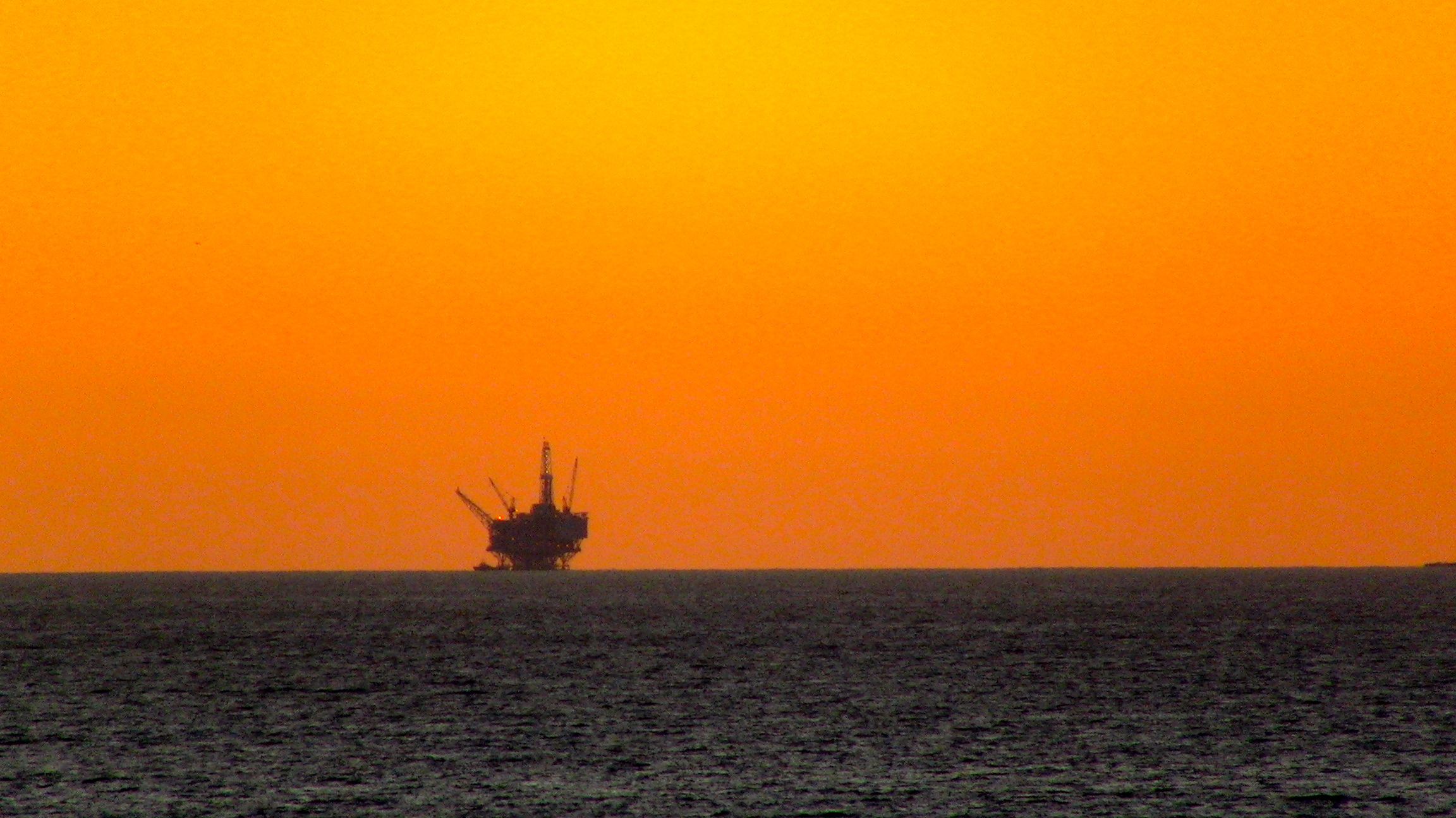 An oil drilling platform off the coast of Santa Barbara, CA - 6 December 2011. By TheConduqtor - Own work, CC BY-SA 3.0, https://commons.wikimedia.org/w/index.php?curid=24642259